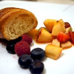 Croissant mit Obstsalat